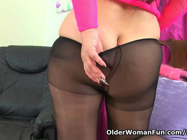 UK milf Louise Bassett is playing in tights