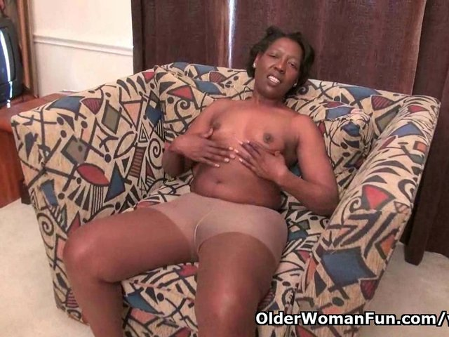 Ebony granny amanda peels off her pantyhose and plays 5