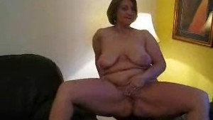 Brit mature housewife showing off