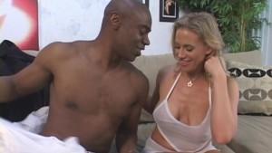 Une femme très chaude est remplie par son amant black