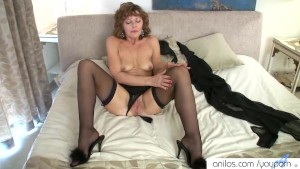 Mature mom cums on her fingers