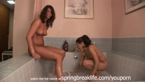 2 Girls Playing in a Tub Real Amatuers