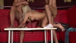 Blondine doppelt penetriert
