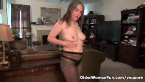 American milf Kelli feels so horny today