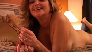 Naughty MILF plays with her pu