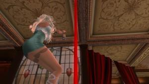 Une jolie blonde qui danse dans un club