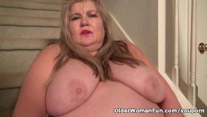 Chunky gilf Love Goddess gets hot in pantyhose