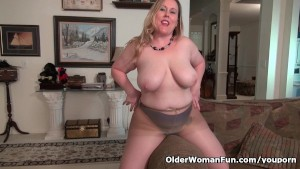 Curvy milf Jewels Carter can t control her sex hormones