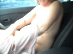 Nue dans la voiture