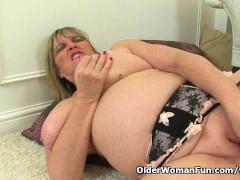 British milf Alisha Rydes loves dildoing her pussy