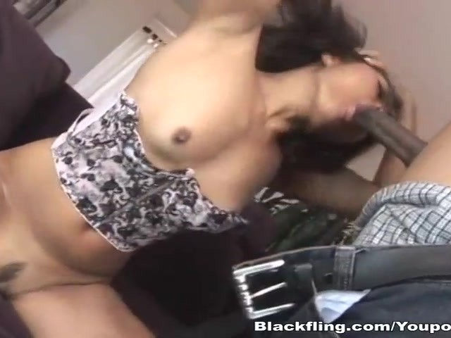 Asian babe takes advantage of an empty locker room to mastur 3