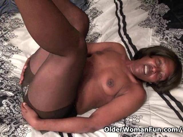 image Chubby ebony works her body on cam