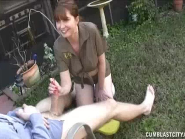 delivery-lady-decides-to-give-this-guy-some-hand-with-jacking