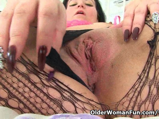 image British milf louise bassett finger fucks her mature pussy