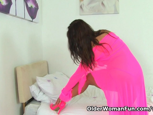 british-milf-lelani-plays-with-new-sex-toy