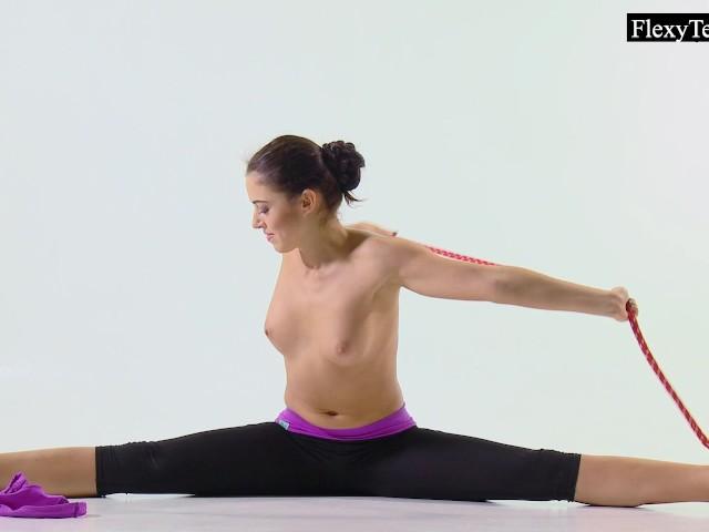 tonya-the-hot-gymnast-makes-incredible-poses