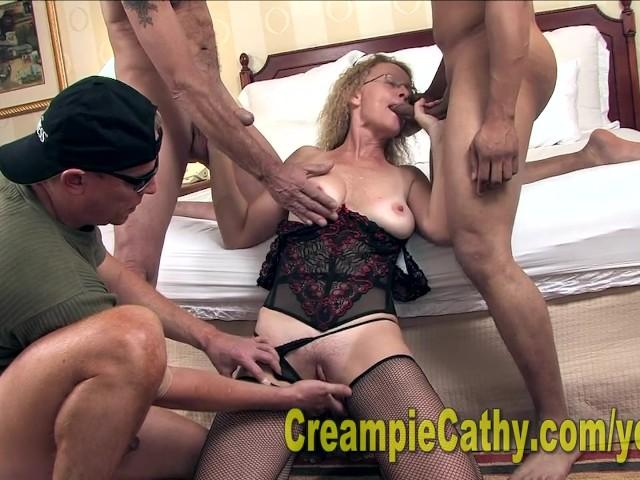 Gang ruchaczy nagrywa pornola z emerytką
