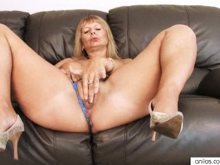 amateur-fingering-her-hairy-mature-pussy