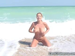 carol-goldnerova-playing-with-sand