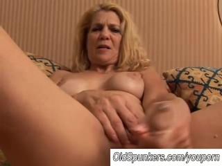 sexy-milf-fucks-her-pussy