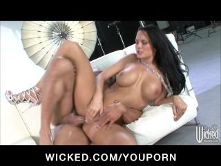 sexy-busty-brunette-pornstar-alektra-blue-sucks-