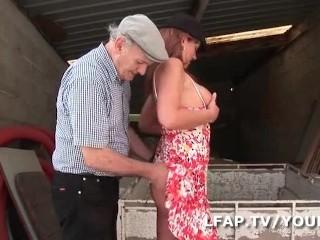 Mature francaise se demonter le cul dans un gangbang avec papy...