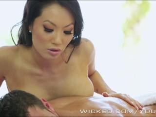 asa-akira-gives-a-full-body-oil-massage