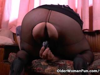 BBW milf Laura vibrates her clit till she explodes