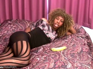Blonde ebony tranny in pantyhose plays with banana and cums