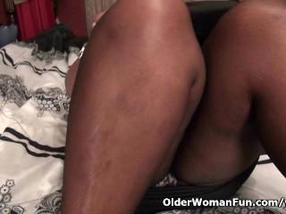 Ebony milf Amanda works her old pussy