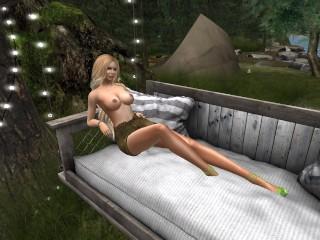 une-jolie-blonde-en-mini-jupe-sans-soutien-gorge-installe-sur-un-banc-en-plage
